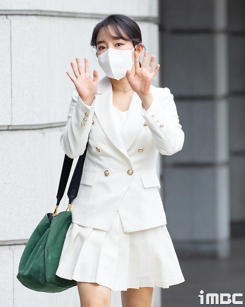 [포토] 윤하, 화이트 '재킷+스커트' 입고 출근길 런웨이~