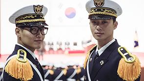 박서준X강하늘, '비주얼 폭발' 제복스틸 3종 공개!